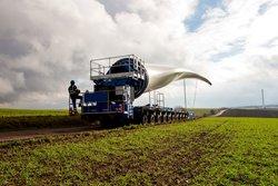 Das Foto zeigt den Transport eines knapp 60 Meter langen Rotorblatts zum Standort Imsweiler im rheinland-pfälzischen Donnersbergkreis.<br /> © ABO Wind AG