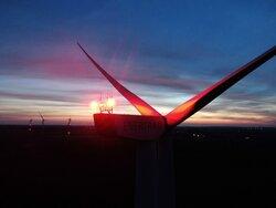 Windenergieanlage mit Dark Sky BNK-System und aktivierter Nachtkennzeichnung<br /> © Dark Sky