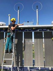 Ein Techniker der Dark Sky GmbH bei der Installation eines Prototypen<br /> © Steven Lübke
