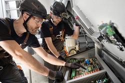 Servicemonteure bei der Wartung einer Enercon E-70<br /> © Deutsche Windtechnik AG