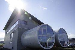 Deutsche Windtechnik und GFW gehen jetzt gemeinsame Wege. Der architektonisch markante Hauptsitz der GFW in Rennrod bleibt erhalten.<br /> © GFW GmbH & Co KG