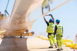 Internationale Zusammenarbeit: Mit vereinten Kräften werden insgesamt sechs Turbinen aufgestellt.<br /> © Hugo Rodriques / EKZ