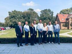v.l.n.r.: Matthias König (Vorstand ENERTRAG), Dr. Gunar Hering (Vorstand ENERTRAG), Manuela Blaicher (Abteilungsleiterin PtX, ENERTRAG), Dr. Tobias Bischof-Niemz (Bereichsleiter Neue Energielösungen, ENERTRAG), Christian von Olshausen (CTO Sunfire), Cassa<br /> © ENERTRAG AG