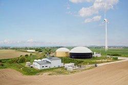Das Hybrid-Kraftwerk der ENERTRAG bei Prenzlau (großes Gebäude links) liefert aus Windstrom erzeugten Wasserstoff.<br /> © ONTRAS Gastransport GmbH