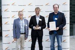 Thomas Nägler, Sascha Krause-Tünker, Benjamin Volz mit Urkunde und Solarpreis<br /> © Next2Sun GmbH