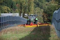 Mäharbeiten zwischen den Modulreihen im Solarpark Eppelborn-Dirmingen<br /> © Next2Sun GmbH