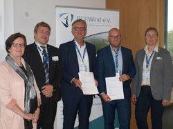 Unterzeichnung der Kooperationsvereinbarung auf der HUSUM Wind 2019 (Annette Nüsslein (1.v.l.), Martin Westbomke und Andrea Aschemeyer (1. & 2.v.r.), alle RDRWind e.V., Thomas Eck und Oliver Then (2. & 3.v.l.), beide VGB PowerTech e.V.)<br /> © Katharina Wolf