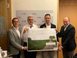 Axel Knoerig, Christian Meindertsma, Lars Langeleh und Gerrit Bokelmann – Übergabe Plakat<br /> © WestWind Projektierungs GmbH & Co. KG