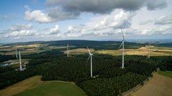 Bauphase im Repowering-Projekt Morbach: Parallele Errichtungstätigkeiten mit drei Großkränen, während ein Teil der Altanlagen noch die letzten Kilowattstunden einspeist<br /> © wiwi consult GmbH & Co. KG