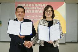 """Vereinbarung des """"Memorandum of Understanding"""" durch Yuni Wang, Vorsitzende von wpd Taiwan Energy CO. Ltd, und Chien-Hsun Li, Geschäftsführer von Taiwan Green Power Co., Ltd.<br /> © wpd AG"""