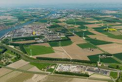 Het windpark met 22 turbines is goed ingebed in het landschap van Zeeuws-Vlaanderen, met een mix van bedrijven en landbouw.<br /> © Deutsche Windtechnik AG