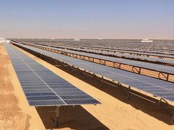 Solarmodule so weit das Auge reicht: Für den Solarpark im ägyptischen Benban liefert Mounting Systems Gestellsysteme, die sich automatisch nach dem Sonnenstand ausrichten.<br /> © Foto: Mounting Systems GmbH