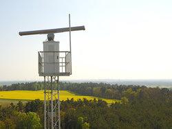 """Auf einem hohen Mast installiert, kann das Detektionssystem der Quantec Sensors innerhalb eines Radius von 18 km nicht nur """"Krampfer"""", sondern durchaus auch mehrere benachbarte Windparks gleichzeitig und unabhängig voneinander mit BNK-Signalen versorgen.<br /> © Quantec Sensors GmbH"""